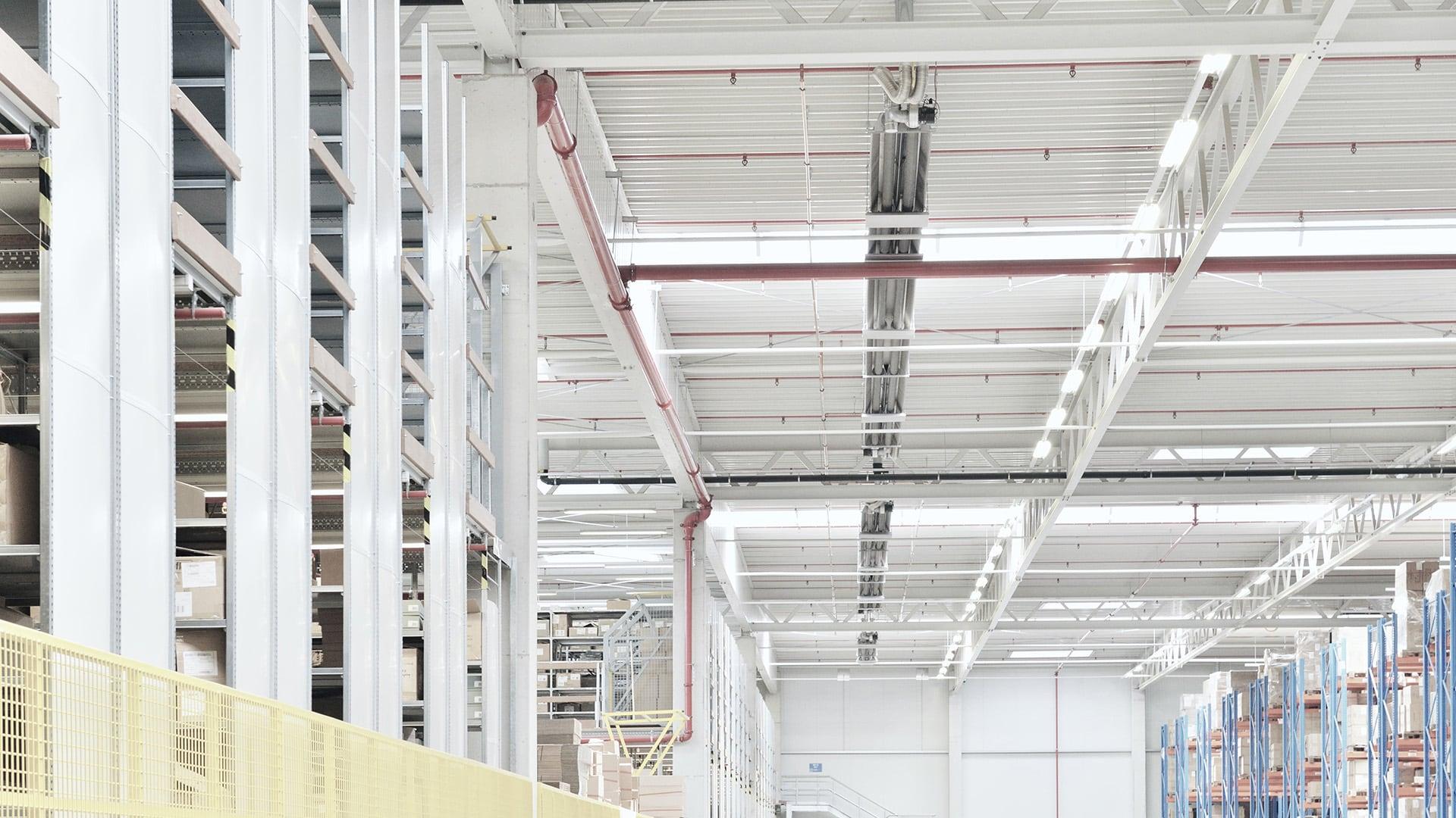 Lange buiskachels van Schwank onder het plafond van een logistiek gebouw.