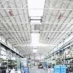 Enkele lichtkachels van de serie supraSchwank in een industriegebouw.