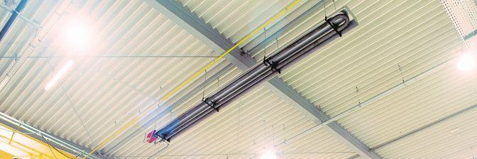 Ein Dunkelstrahler von Schwank montiert unter einem Hallendach.